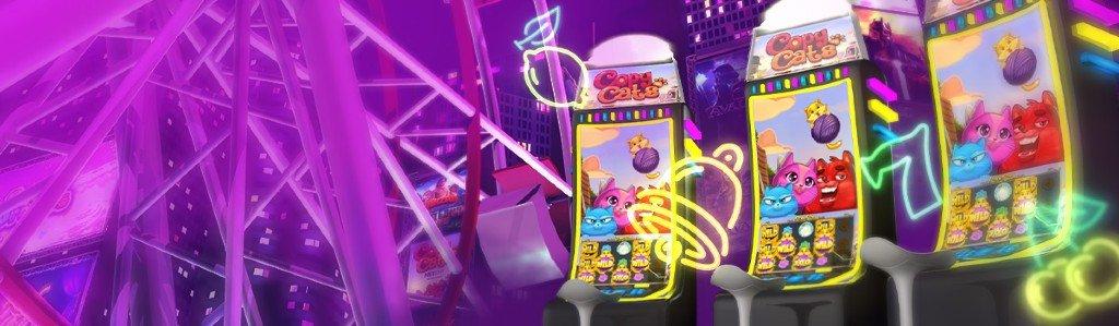tre klassiska spelautomater med spelet Copy Cats på skärmen framför en lila stad i bakgrunden
