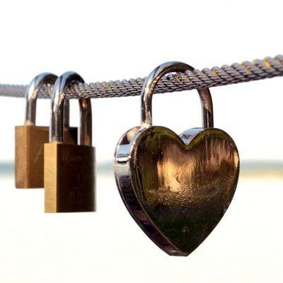 Tre hänglås varav ett är hjärtformat