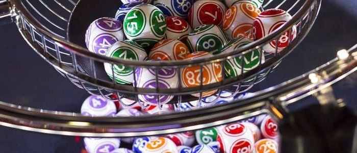 Bingospel med bollar, varav varje boll har ett nummer