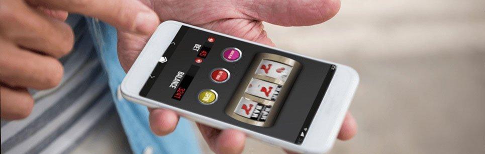 Spelare använder mobiltelefon för att spela på mobilcasino
