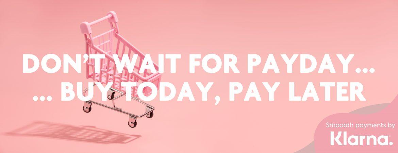 """Reklam för Klarna med texten """"Don't wait for payday... But today, pay later"""" framför en rosa kundvagn"""