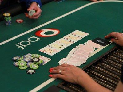 ett pokerbord med pafs färger och logotyp