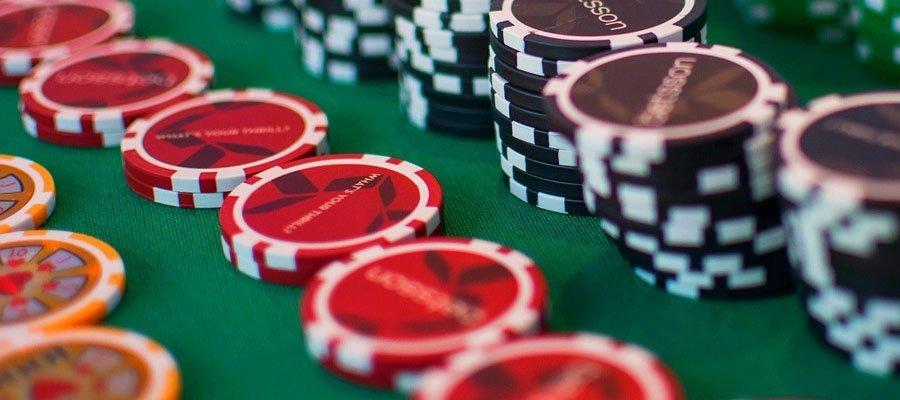 Spelmarker i olika färger med Betsson casino-logo