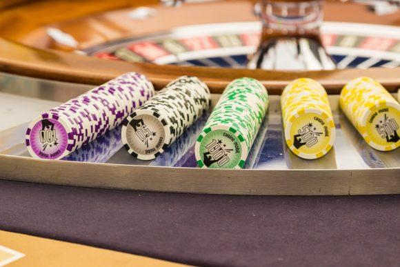 spelmarker brevid ett roulette-bord
