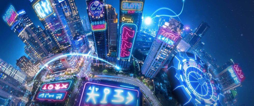 storstad under natten som är upplyst av neonljus