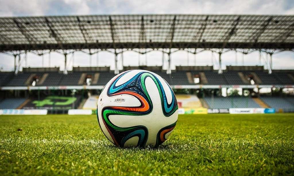 Fotboll i arena med färger för att representera fotbolls EM 2021