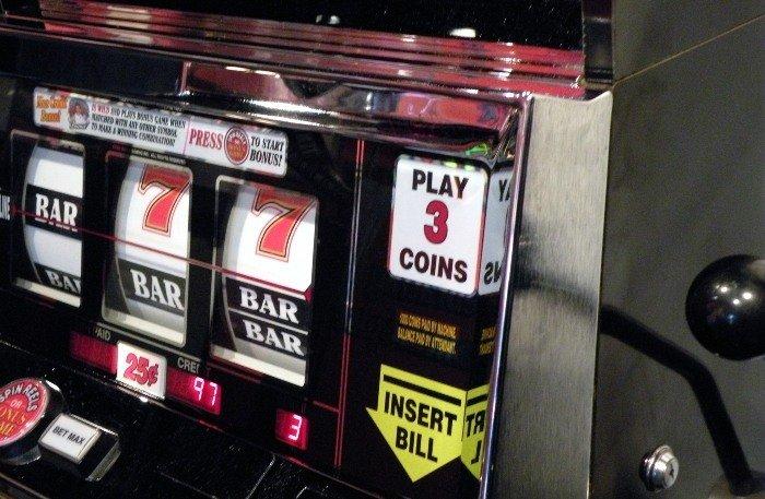 Spelmaskin med fokus på var man sätter in pengar för att spela